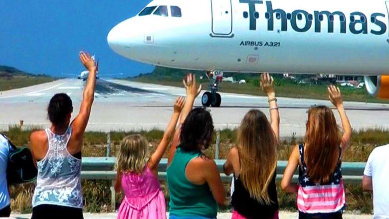 5 Girls waving pilots of starting planes at 🇬🇷 Skiathos St Maarten
